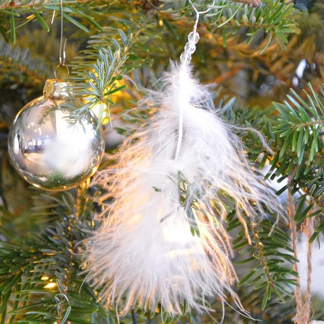 Anleitung Weihnachtsschmuck aus Federn und Perlen