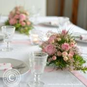 Rosa Tischgesteck für Taufe und Hochzeit