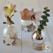 Christbaumkugel als Blumenvase