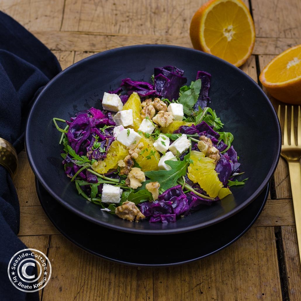 rezept für rotkohlsalat mit orangen und feta, rucola und walnüssen