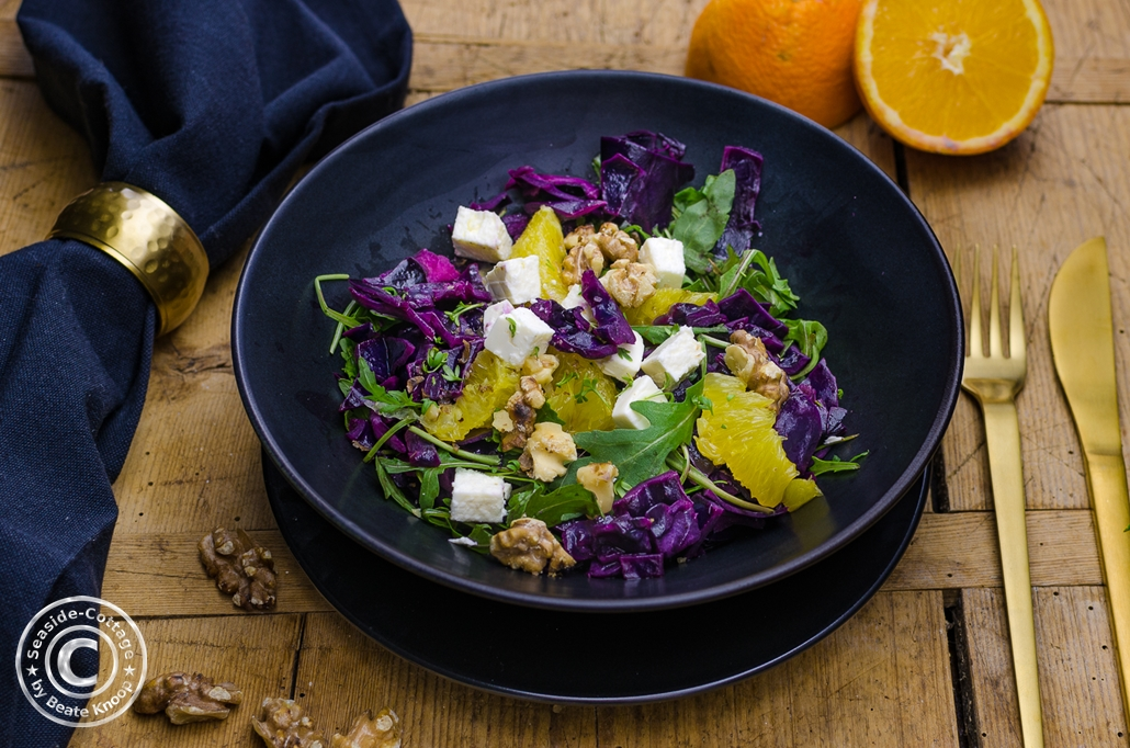 salat_mit_rotkohl_rucola_walnuessen_feta_orangenfilets