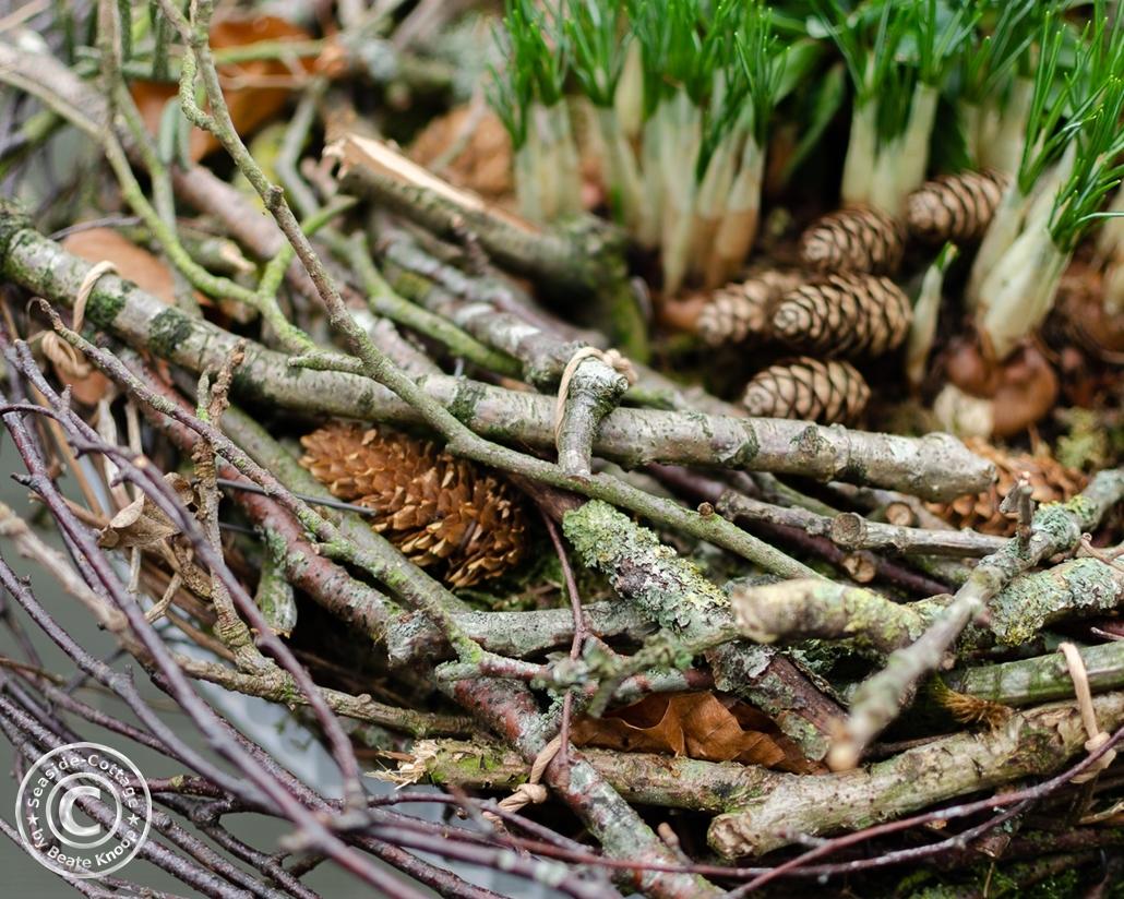 Winterlicher Kranz aus Ästen und Zweigen