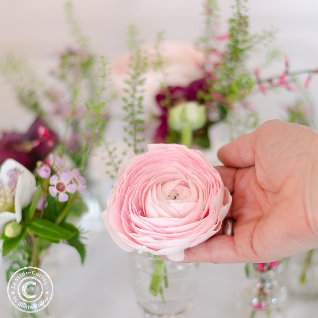 Blumendeko mit Ranunkeln in Rosa