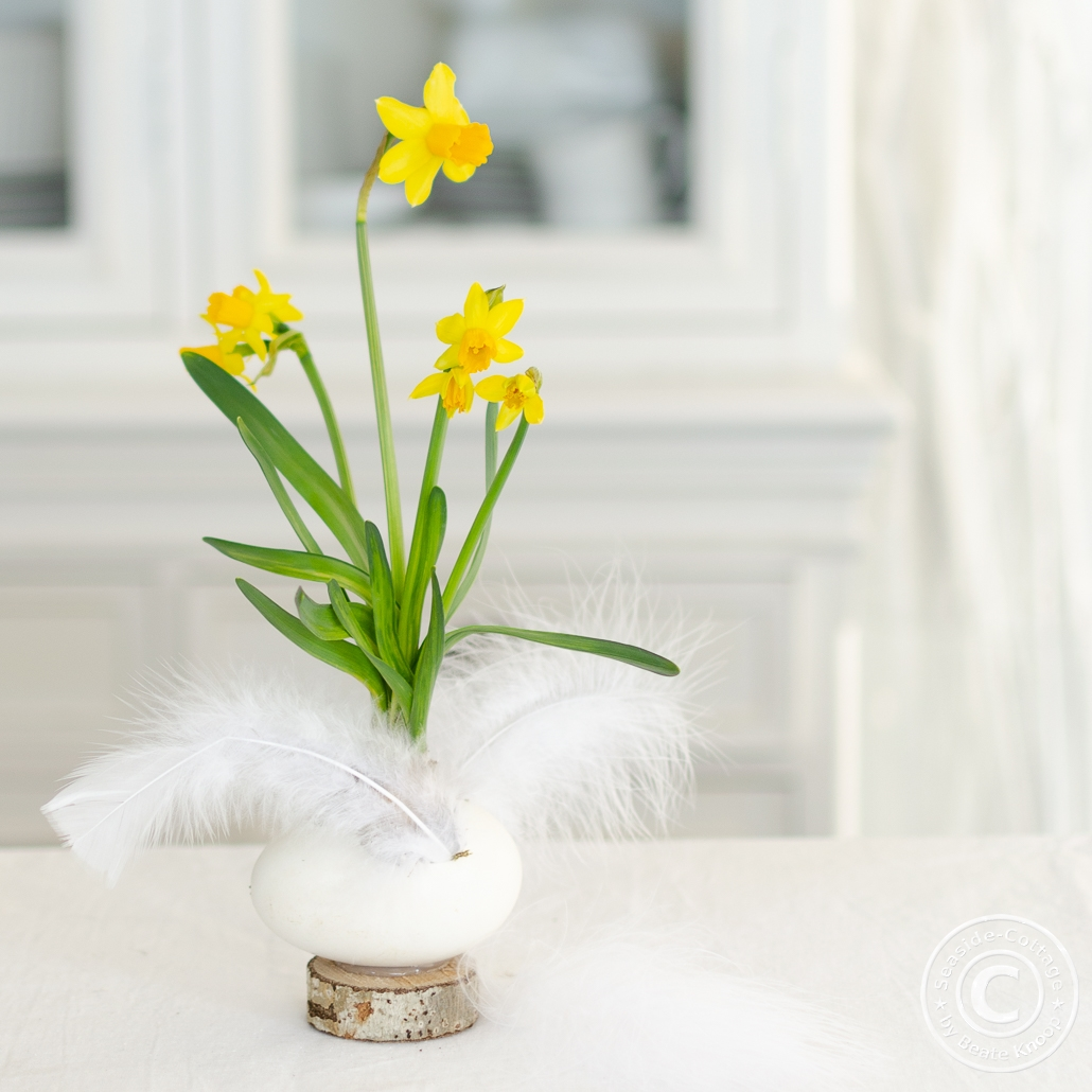Tischdeko mit Frühlingsblumen und Gänseeiern