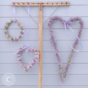 Herzen und Kränze aus zarten Blumen selbstgemacht