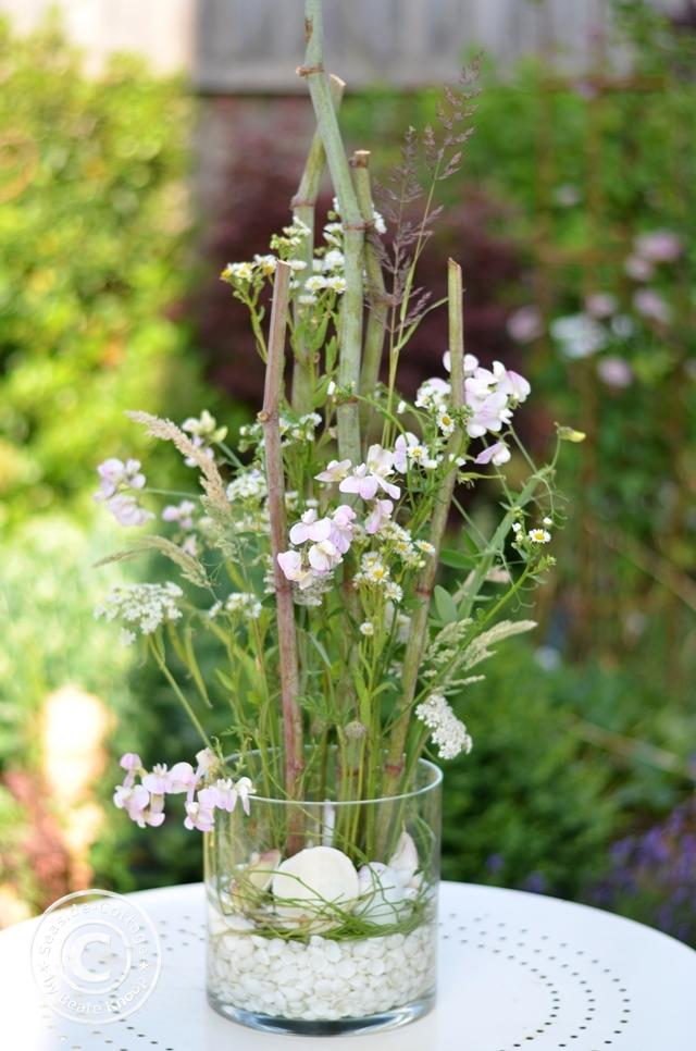 Blumengesteck mit Wiesenblumen im Glas