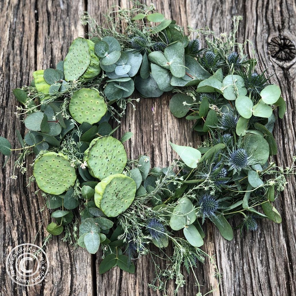 Trockenlumenkranz mit Lotuskapseln, Eukalyptus, Diesteln und Wildthymian