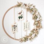 Hulahoop mit Trockenblumen und Graesern in natuerlichen Farben