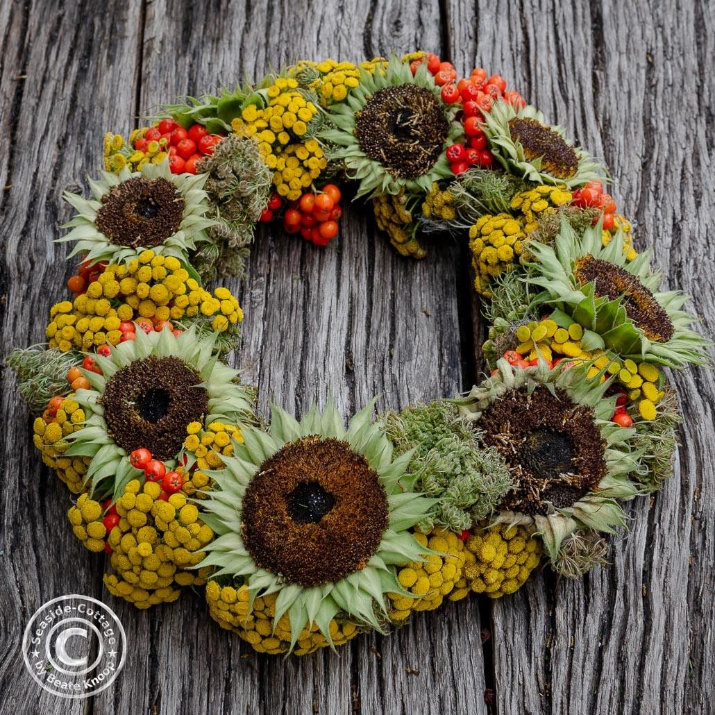spätsommerlicher Kranz mit Sonnenblumen, Rainfarn, Vogelbeeren und wilder Möhre