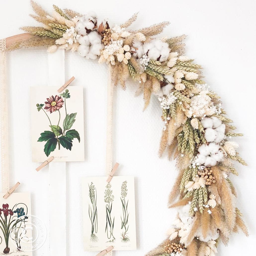 Trockenblumenkranz aus Gräsern und Getreide auf Hulahoop aus Holz