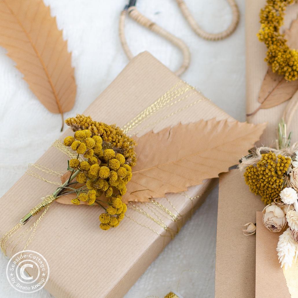 Geschenke natürlich verpacken mit Trockenblumen