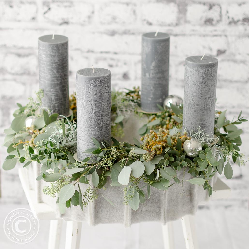 graue Kerzen auf Eukalyptus Adventskranz