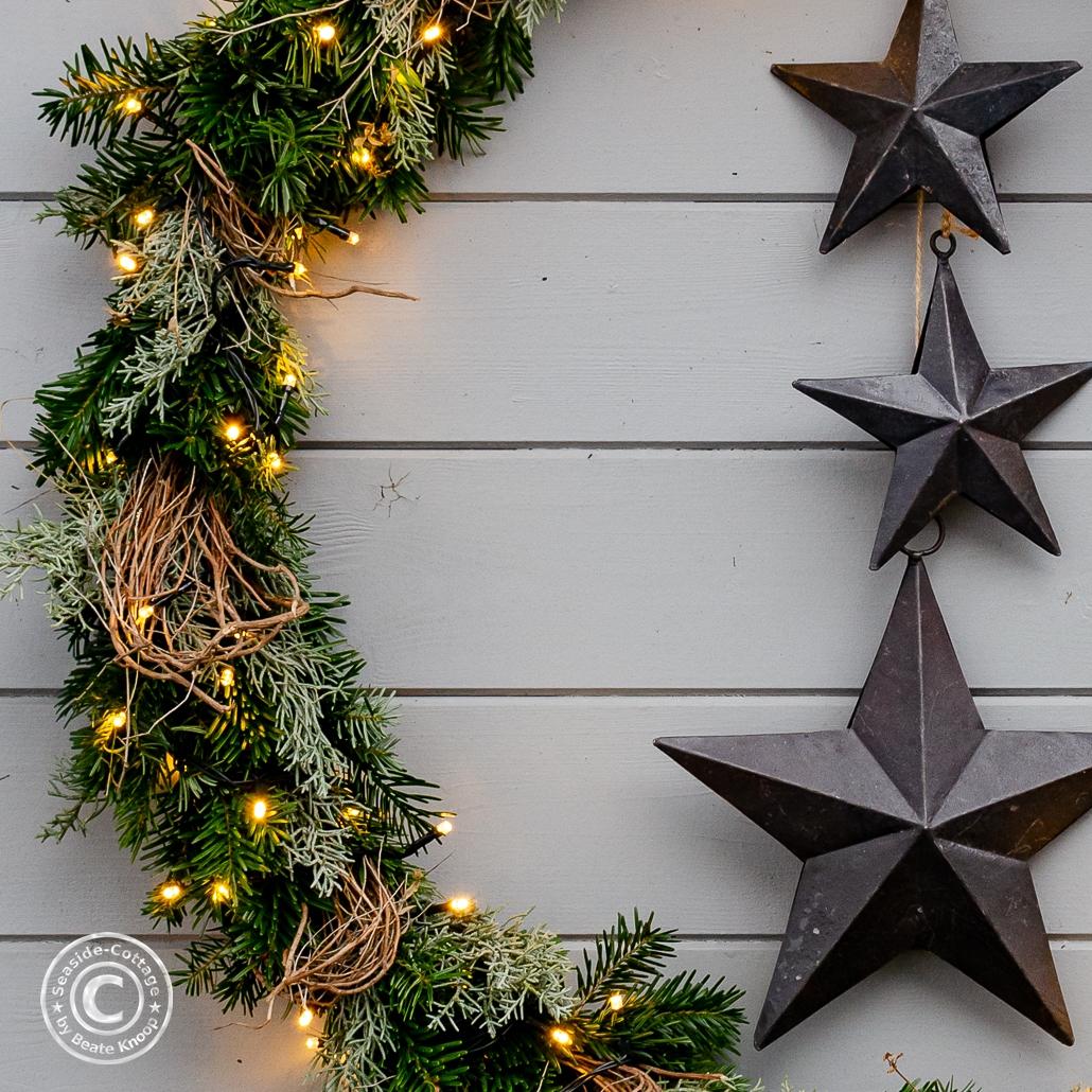 Nahaufnahme weihnachtlicher Kranz Gartendeko