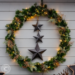 Hulahoop Weihnachtskranz als Weihnachtsdeko im Garten
