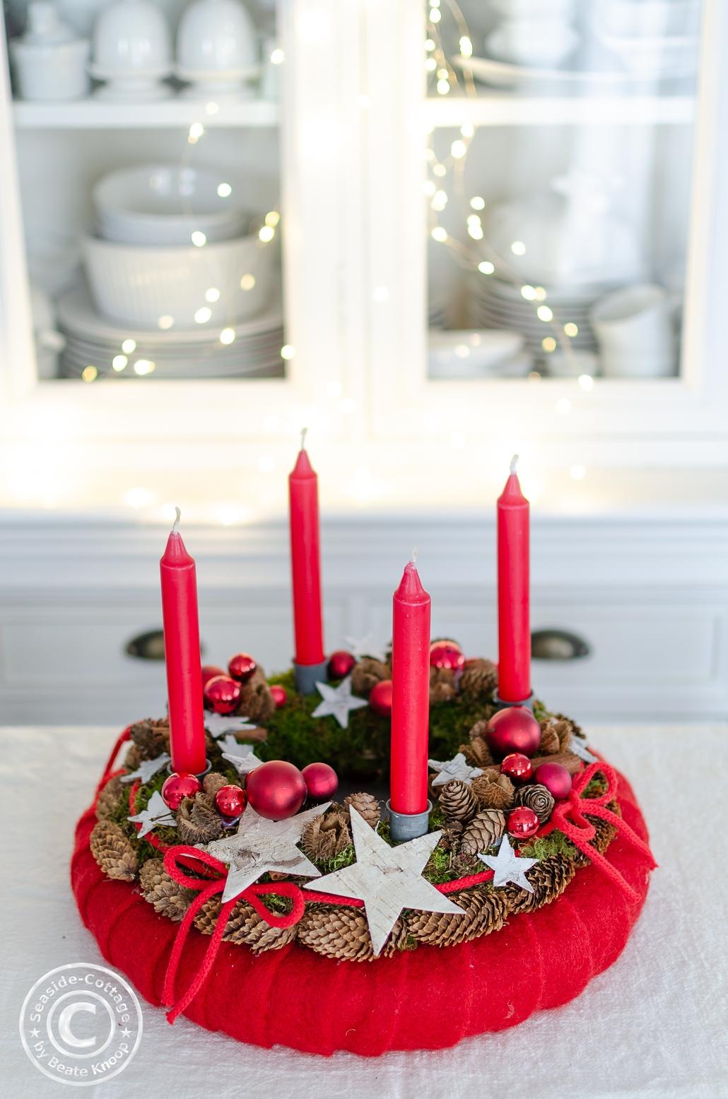 Klassischer Adventskranz rot