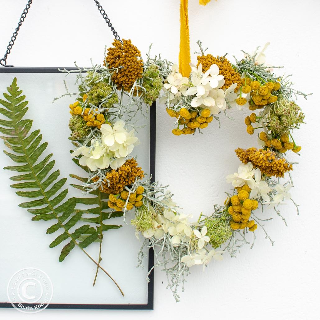 Spätsommerliches Herz aus Blumen gebunden