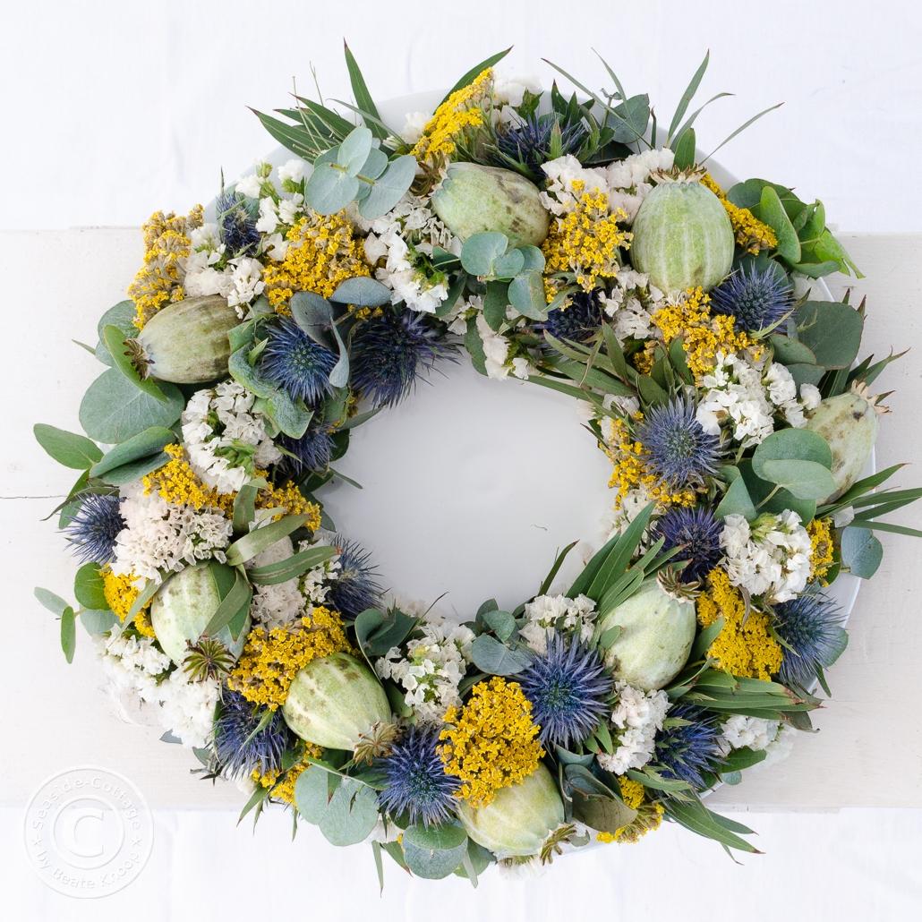 Blumenkranz mit Mohnkapseln, Edelsdiestel, Schafgarbe, Statice und Eukalyptus