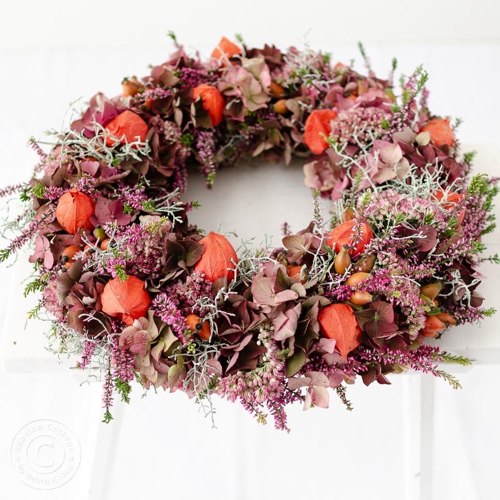 Herbstkranz mit Hortensien, Fetthenne, Lampionblumen, Stacheldraht, Hagebutten