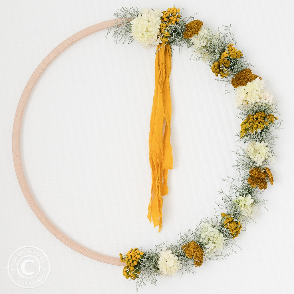 Hulahoop Kranz mit Schafgarbe, Hortensien und Stacheldrahtpflanze
