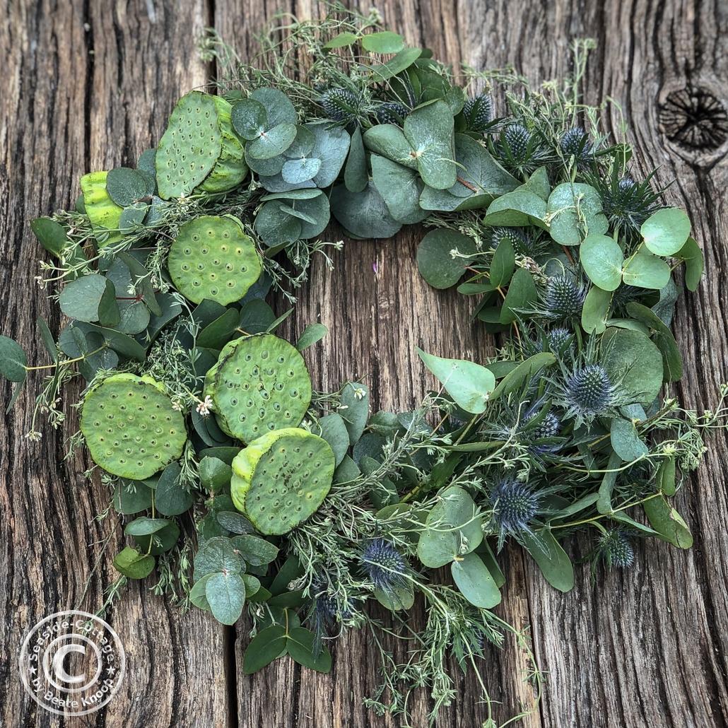 Greenerykranz aus Eukalyptus, wildem Thymian, Edeldiesteln und Lotuskapseln