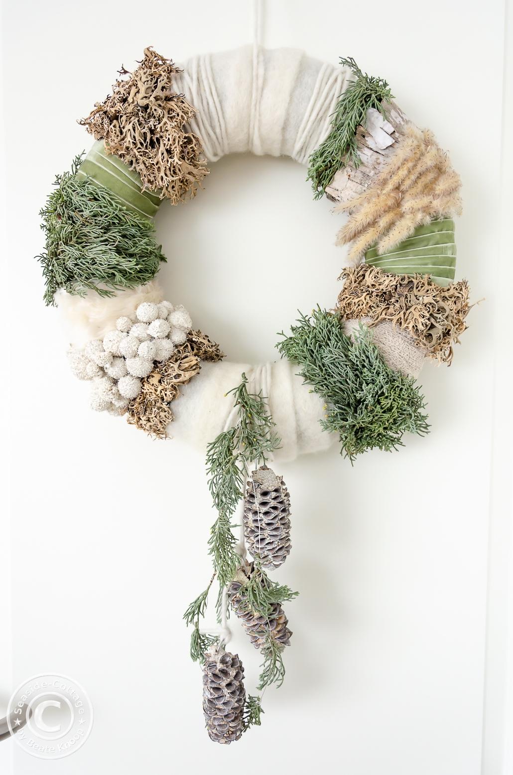 Winterkranz aus Naturmaterial, Filz und Bändern