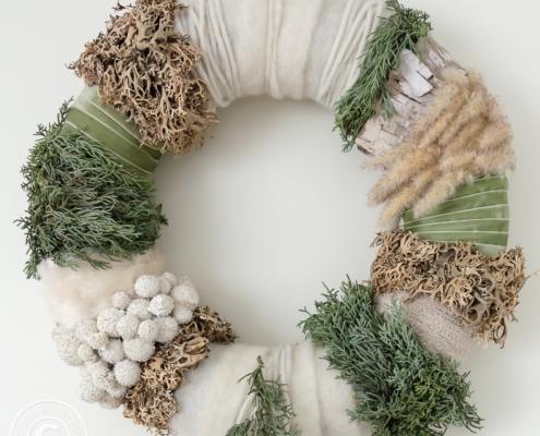 Winterkranz aus Naturmaterial und textilen Werkstoffen