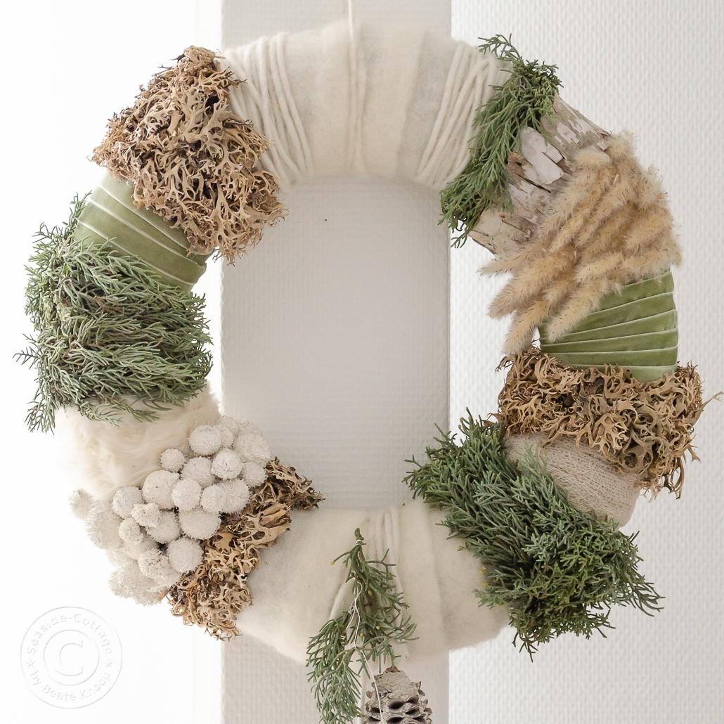 Winterlicher Kranz mit weißen Stoffen und Trockenblumen