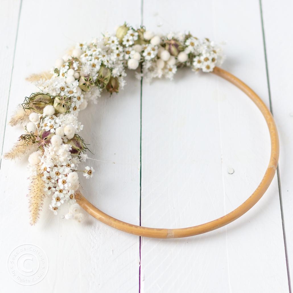 Nahaufnahem Kranz mit Trockenblumen, auf Bambusring gebunden