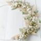 Nahaufnahme Kranz mit Trockenblumen, gebunden auf weißem Drahtring mit weißen Trockenbüten, Eukalyptus und Gräsern