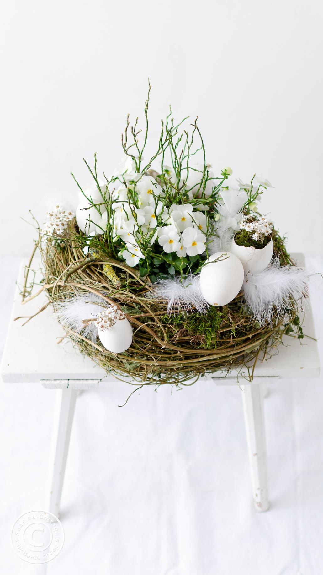 Weiß bepflanztes Osternest