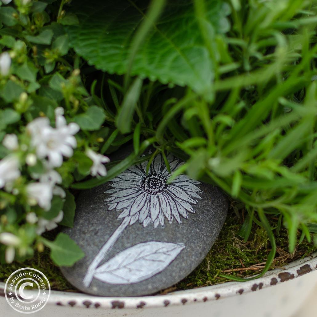 Blumen zum Muttertag: mit Blumen bemalter Stein