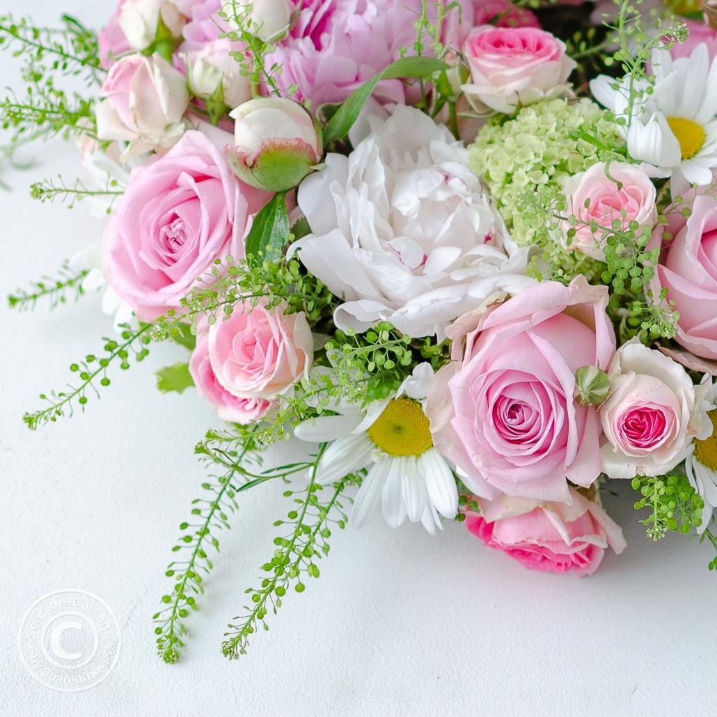 Päonien, Rosen, Margeriten im Blumenkranz zum Muttertag