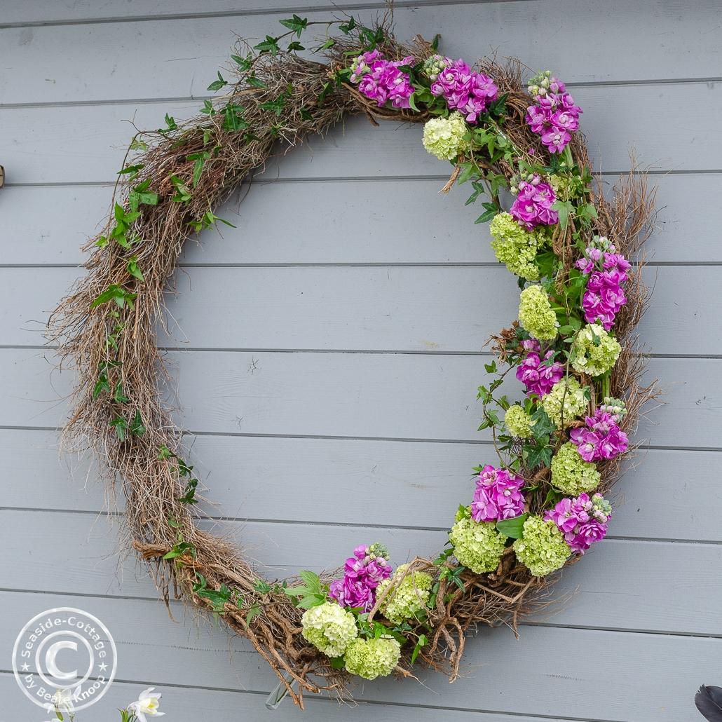 Blumiger Hulahoop-Kranz für die Gartendeko