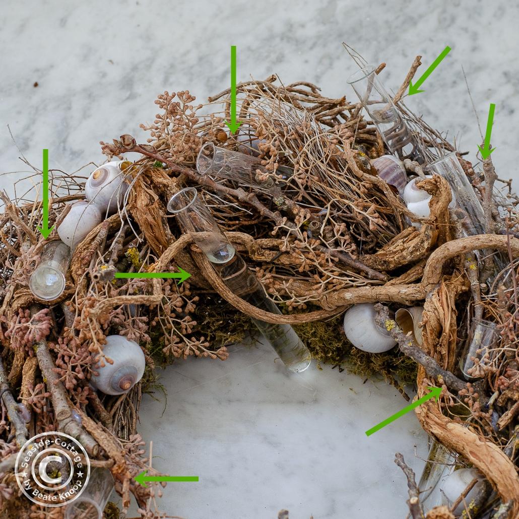 Anleitung Sommerkranz aus Wiesenblumen: die Basisi aus Euphorbia spinosa mit Reagenzgläsern zur Wasserversorung der Wiesenblumen