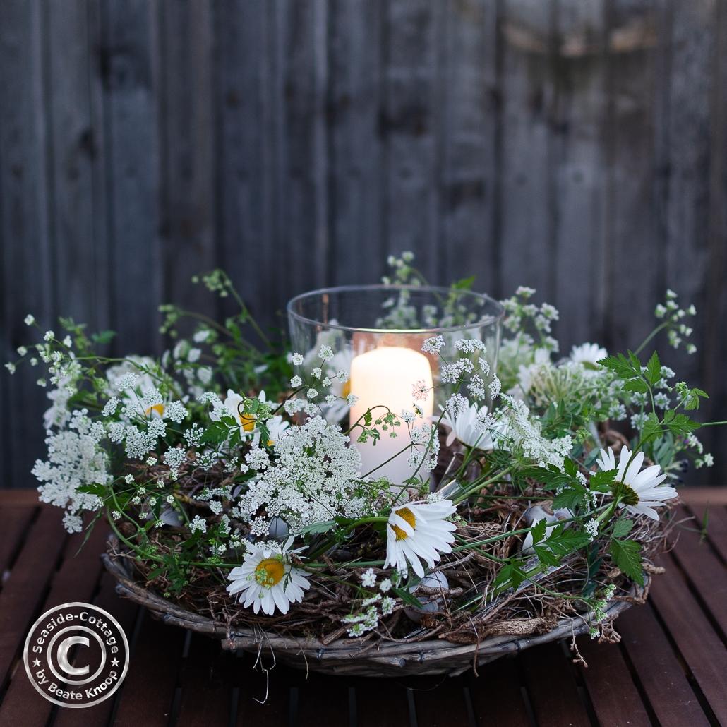 Blumenkranz mit Windlicht moody