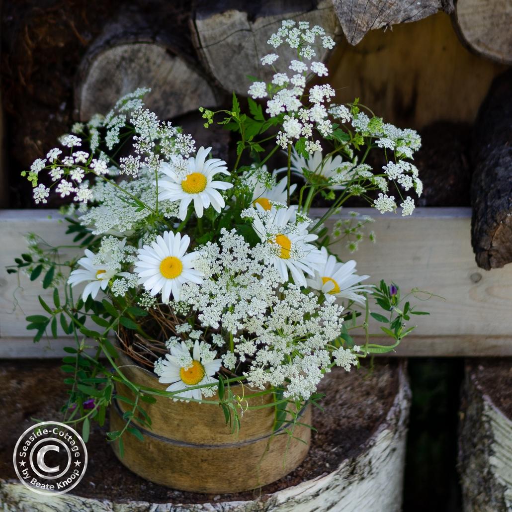 Wiesenblumen als sommerliche Tischdeko