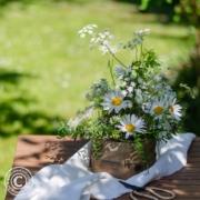 Sommerliche Tischdeko mit Margeriten und Kerbel