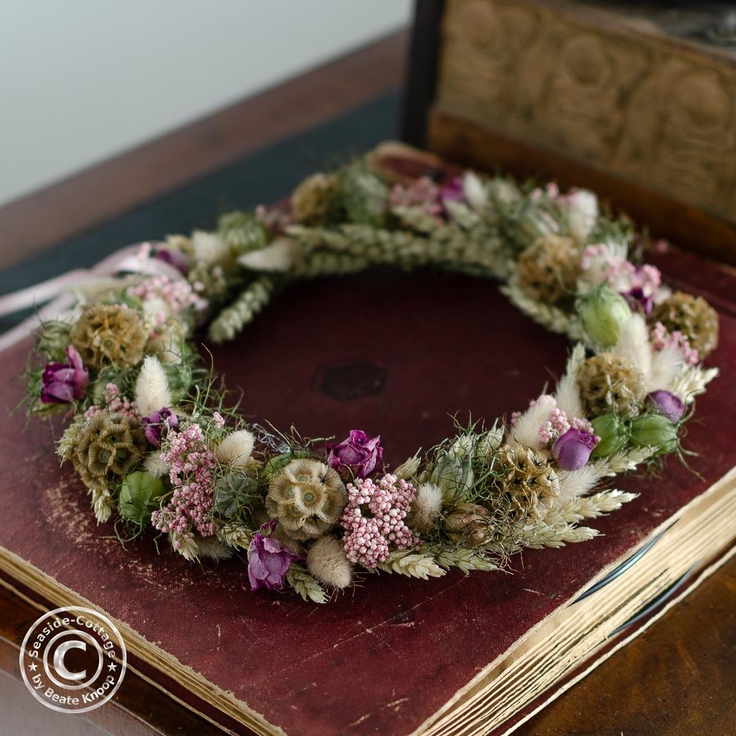 Trockenblumenkranz mit Nigella, Weizen, Gräsern, Scabiose, Schafgarbe und Rosen
