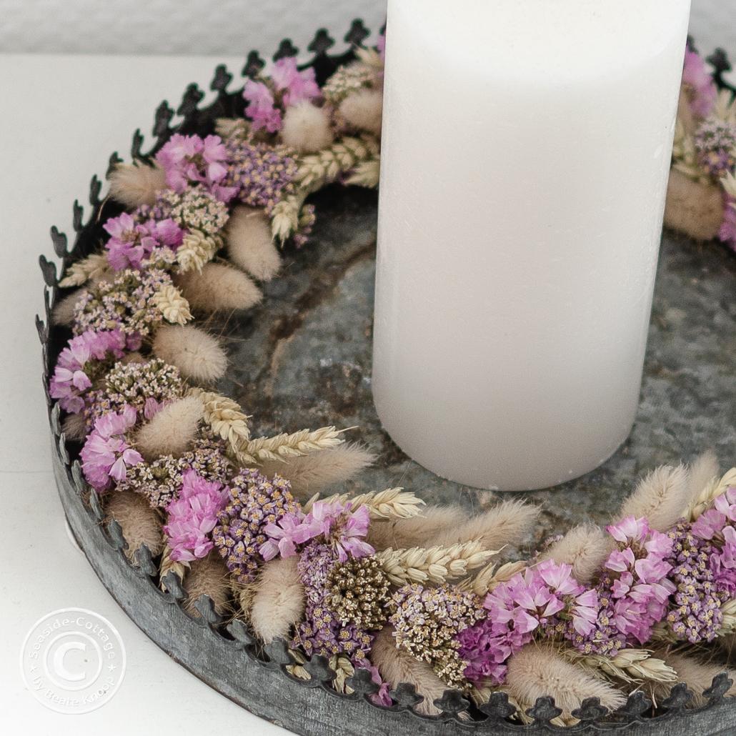 Nahaufnahme Trockenblumenkranz mit Weizen, Gräsern, rosa Statize und Schafgarbe