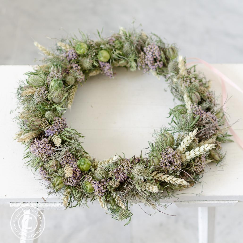 Trockenblumenkranz mit Weizen, wildem Thymian, Schafgarbe, Jungfer im Grünen, Disteln