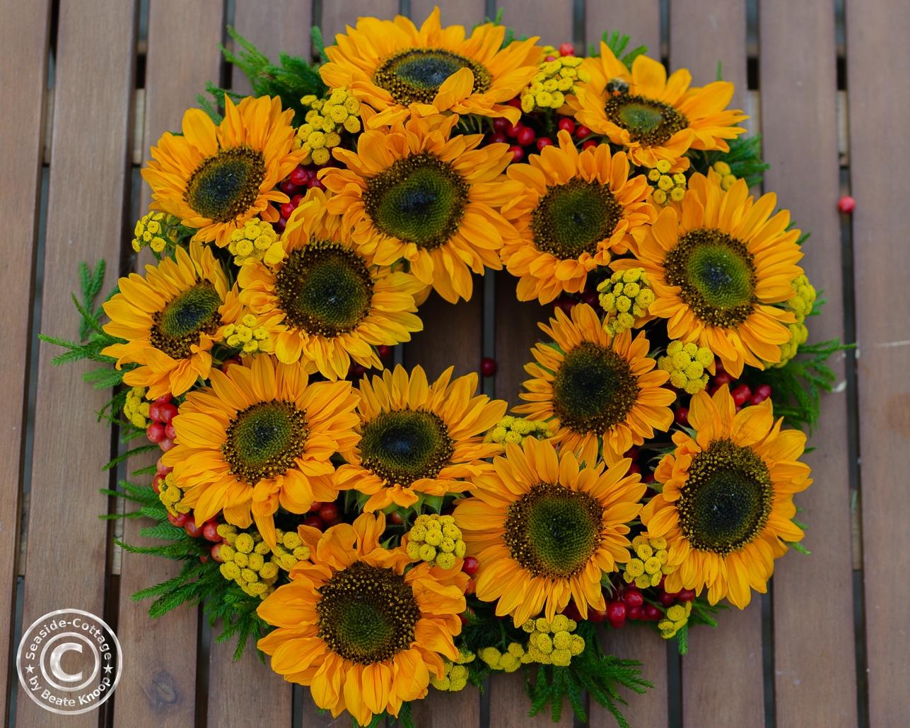 Anleitung für einen gesteckten Sommerkranz mit Sonnenblumen in Bildern