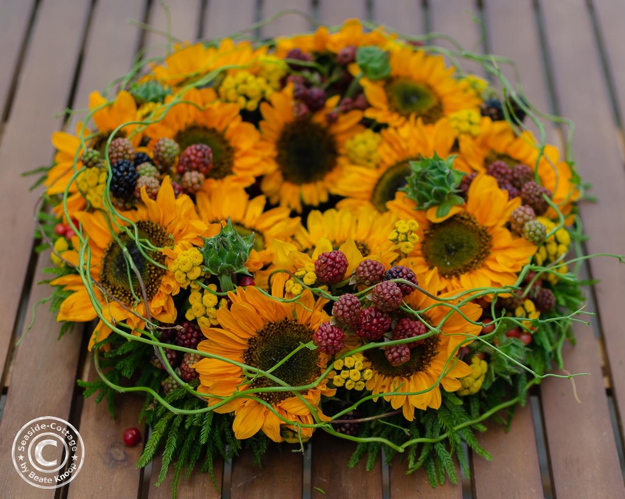 sonnenblumenkranz mit grünen Ranken