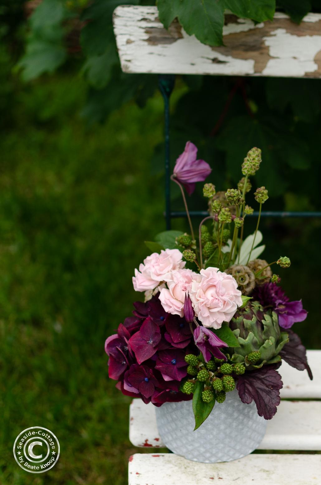Gartenstuhl mit sommerlichem Blumengesteck