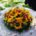 Kranz mit Sonnenblumen auf rundem Gartentisch