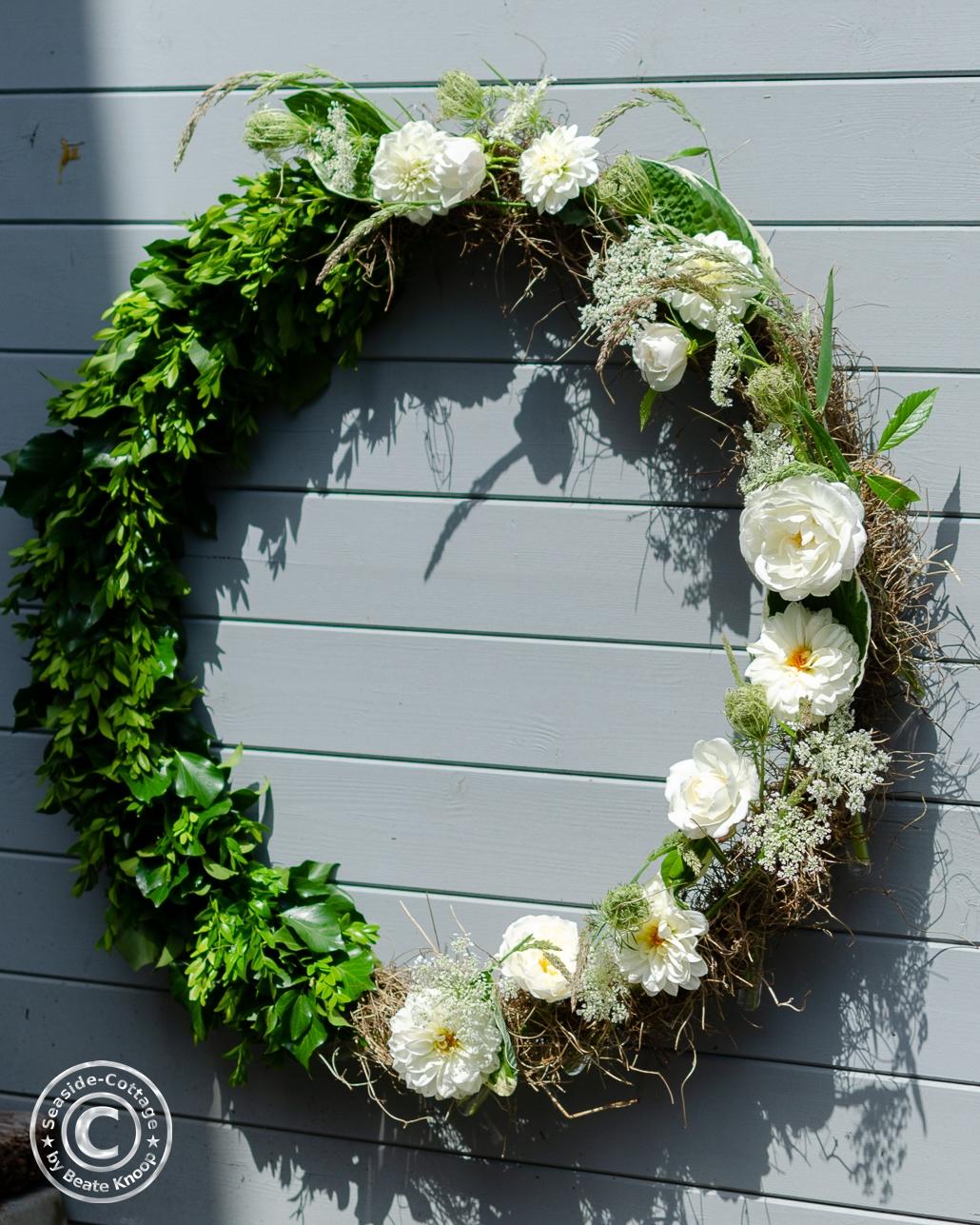 Hulahoop Sommerkranz Selbermachen mit weißen Dahlien und Rosen, Efeu und Buchsbaum