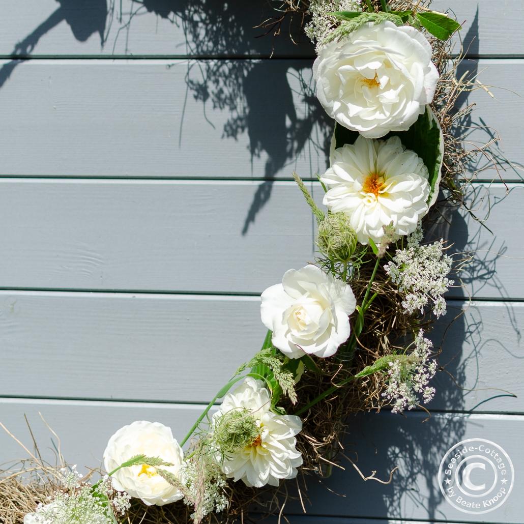 Weiße Dahlien und weiße Rosen in einem Hulahoop Sommerkranz, Nahaufnahme