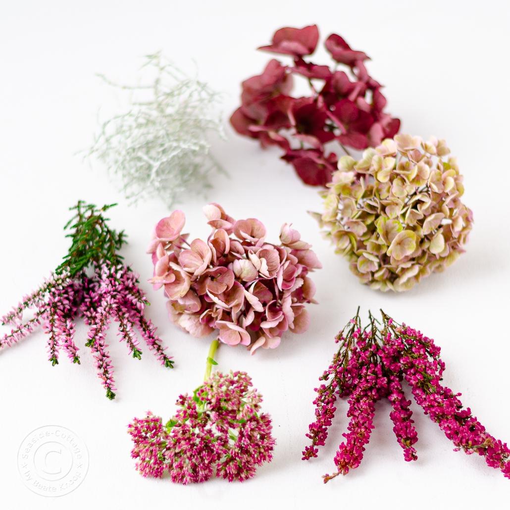 Materialliste Hortensienkranz: Heide, Erika, Stacheldraht, Hortensien in drei verschiedenen Rosatönen