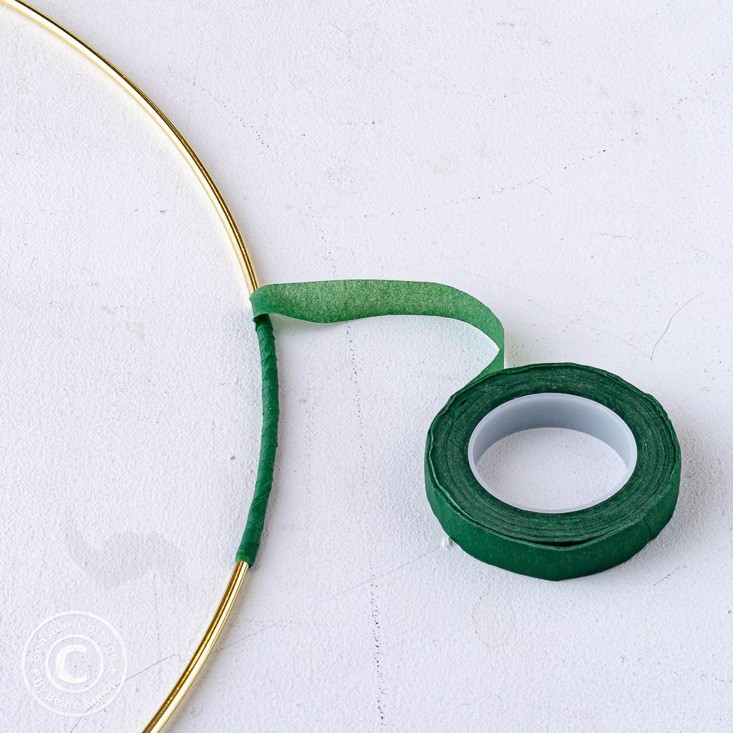 Anleitung Hortensienkranz, Schritt 1: Metallring wird mit Floraltape umwickelt