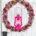 beidseitig gebundener Hortensienkranz mit Feuerhand Sturmlaterne in telemagenta vor einer weißen Tür hängend