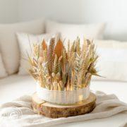 Windlichtmit Trockenblumen dekoriert in Naturfarben